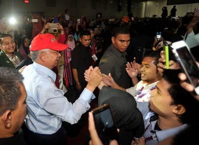 KUALA LUMPUR, 9 Nov -- Perdana Menteri Datuk Seri Najib Tun Razak (kiri) disambut meriah oleh para peserta ketika hadir bagi merasmikan majlis penutup Daya eUsahawan 2016 di Pusat Konvensyen Kuala Lumpur hari ini. --fotoBERNAMA (2016) HAK CIPTA TERPELIHARA