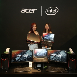 Photo 5 Models posing with the newly launched Acer devices