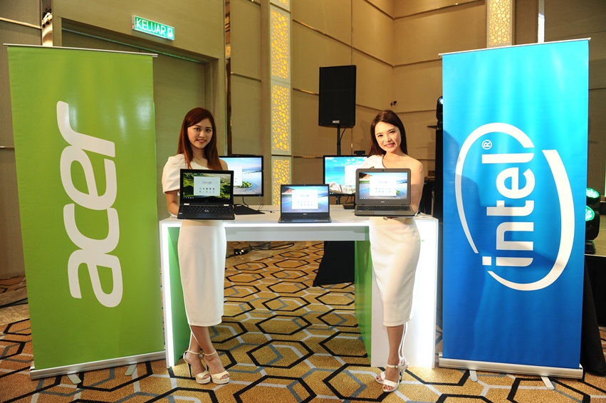 Photo 6 Models posing with the newly launched Acer Chrome devices